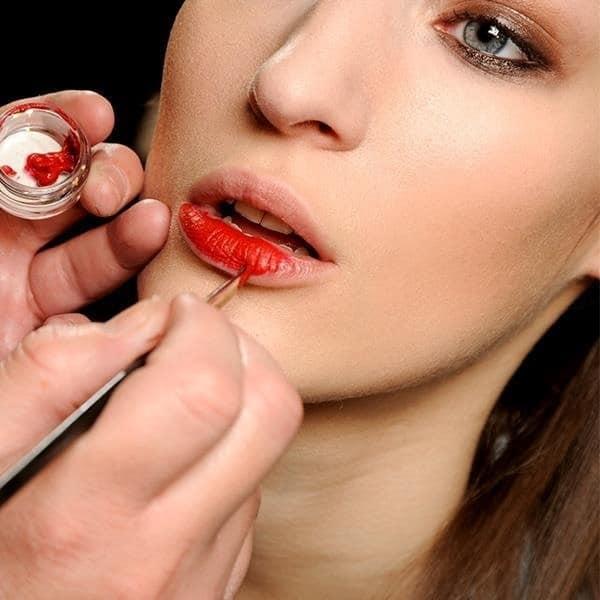 makeup-artist-pe52